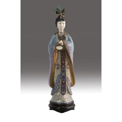 Figura de dama china en esmalte cloisonné, marfil y plata dorada, pps. XX. Sobre peana de madera. Altura: 40 cm.