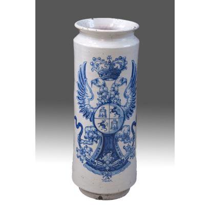 Pareja de albarelos en cerámica de Talavera S.XIX. Decoración heráldica en azul sobre fondo blanco. Marca en base. Medidas: 69x25cm.