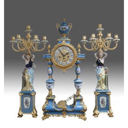 Reloj de sobremesa con guarnición de candelabros.