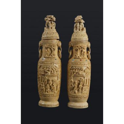 Pareja de urnas rituales talladas en marfil con cabujones de piedras duras. China. Altura: 23 cm. Peso: 738 gramos. Con certificado de Antigüedad.
