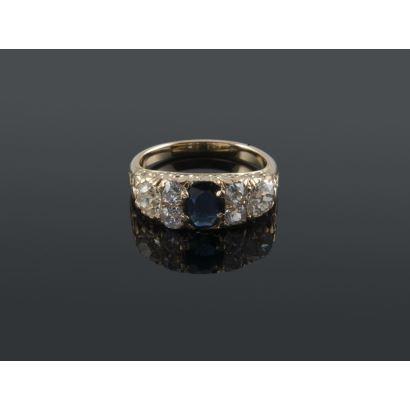Antiguo anillo de oro 18K con zafiro central talla oval de 0,77 quilates y 6 diamantes talla brillante antigua, 2 de 0,40 quilates y 4 de 0,10 quilates. Total diamantes 1,20 quilates.  Peso: 5,38 gr.