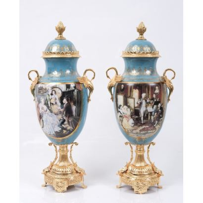 Pareja de jarrones con fondo azul, realizados en porcelana policromada y apliques en bronce dorado.