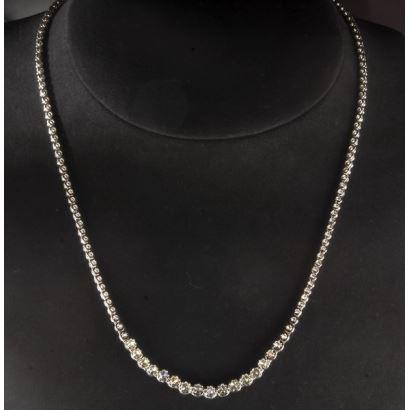 Impresionante gargantilla de oro blanco de 18K decorada con 150 diamantes talla brillante que hacen 4,50 quilates aproximadamente. Peso: 19,4g. Largo total 46 cm.