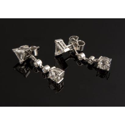 Pendientes desmontables de oro blanco de 18k, albega dos diamantes talla triangular de 0,62cts en total, cuatro diamantes talla brillante antigua de 0,16cts total, mas dos diamantes talla cojín de 1,36cts total. Total diamantes: 2,14cts. Peso: 4,10g.