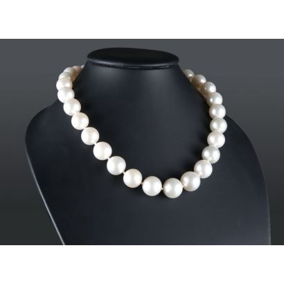 Collar de perlas australianas de 12 a 16mm, con cierre esférico en oro blanco.