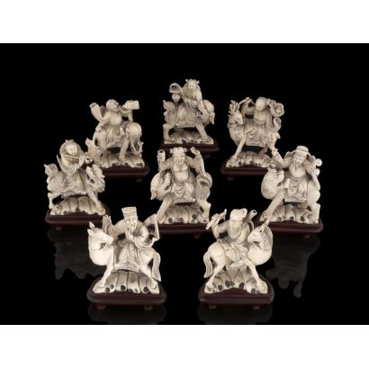Importante lote compuesto por ocho figuras de marfil sobre peana de madera, representan divinidades sobre seres mitológicos. Con certificado de antigüedad. Medidas: 13x9,5cm a 13x9cm.
