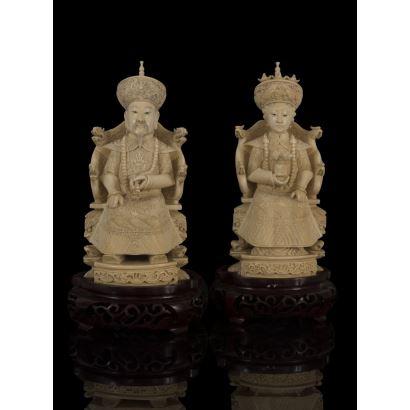 Pareja de Emperadores chinos de marfil, en magníficos tronos decorados por la figura del dragón. Cuentan con certificado de antigüedad. Medidas: 20,5cm.