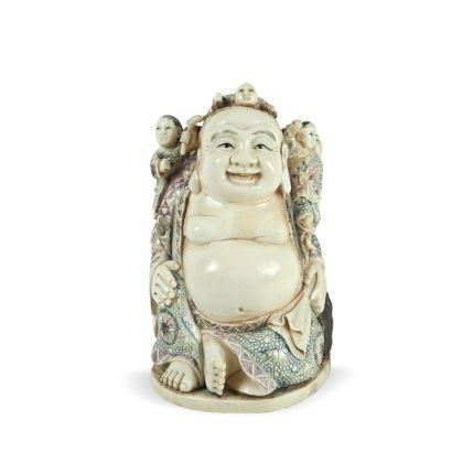 Excepcional figura tallada en marfil con detalles a color. China, ppios s.XX.