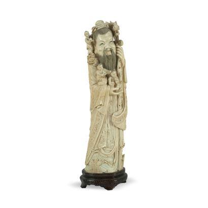 Figura china tallada en marfil sobre peana de madera. China, ppios s. XX.