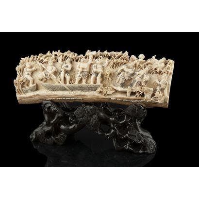 Colmillo de mamut tallado en bajo relieve, representa a un grupo de guerreros sobre barca entre vegetación. Con certificado. Medidas colmillo: 28x10cm