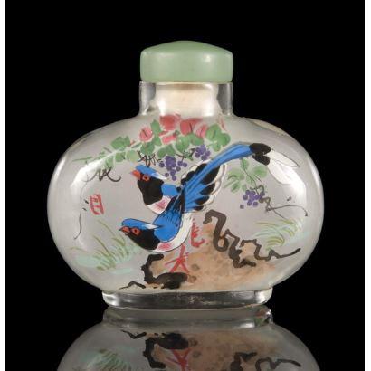 Objetos. Frasco chino pintado bajo cristal, con bonita decoración de aves con vegetación. pp.s.XX. 7,5x8cm.