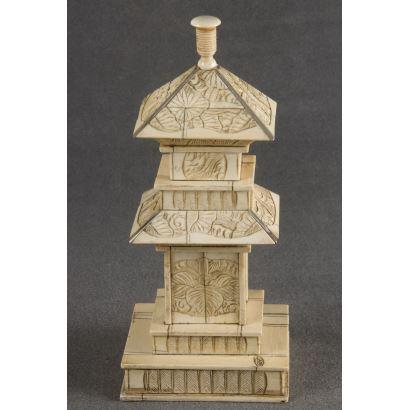 Bonita pagoda china realizada en marfil, presenta rica decoración floral en toda la superficie. Cuenta con certificado de antigüedad. Alto: 22cm.