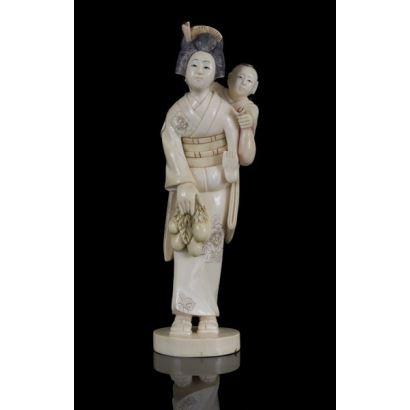 Magnífica talla de marfil (con certificado de antigüedad) parcialmente policromado que representa a una geisha con niño. 20cm de altura
