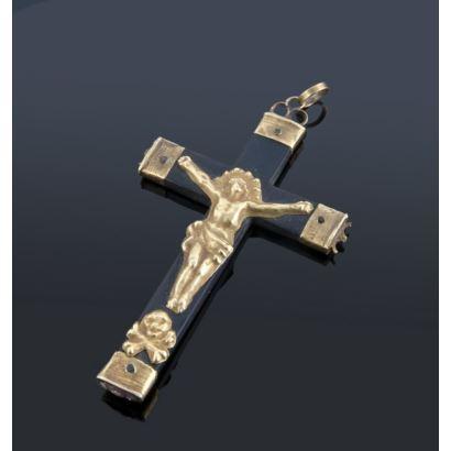 Colgante en forma de cruz.