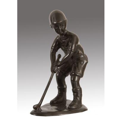 Bonita figura realizada en bronce, en ella contemplamos la imagen de un niño jugando al golf. 21x15cm.