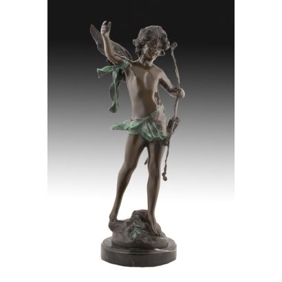 Excepcional figura en bronce  sobre peana de mármol. Siguiendo modelo del célebre escultor August Moreau.