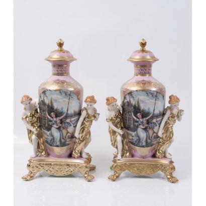 Pareja de jarrones en porcelana, pps. XX.