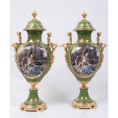Pareja de jarrones en porcelana esmaltada con tapa y apliques en bronce dorado.