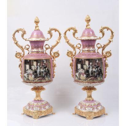Pareja de jarrones en porcelana policromada con pie y asas de roleo en bronce dorado. Siglo XX.