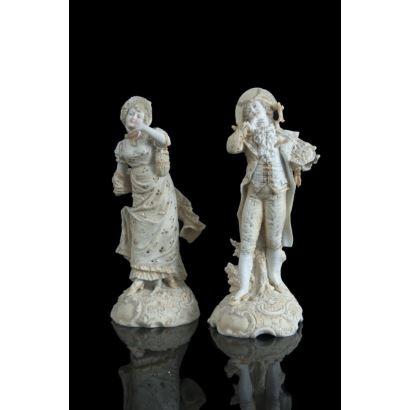 Pareja de dama y caballero en porcelana esmaltada, siglo XX. Porcelana europea con policromía. Marcas en la base. Faltas. Altura: 22 cm.