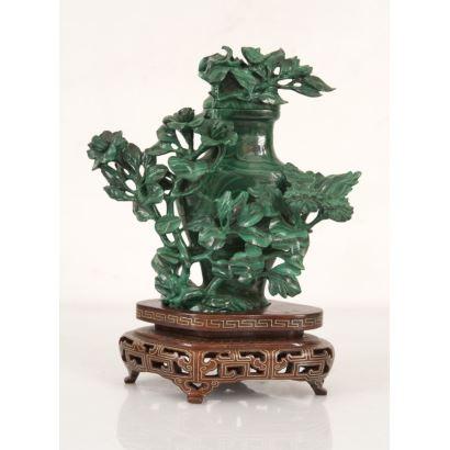 Figura china de malaquita sobre peana de madera.