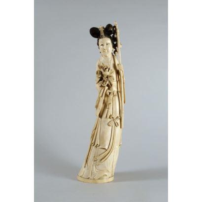 Figura china de Guanyin en marfil tallado y grabado. Ataviada con peonías. Sello en la base. Con certificado de antigüedad. Altura: 36 cm.