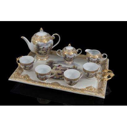 Elegante juego de café en porcelana con decoración en dorado y escenas galantes, la pieza consta de bandeja, cafetera, azucarero, jarra y cuatro tazas.