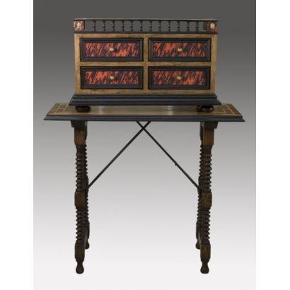 Magnífico bargueño de cuatro cajones y añadidos de bronce, Remata con elegante balaustrada. 62x40x23cm 1'15cm Altura total con mesa.