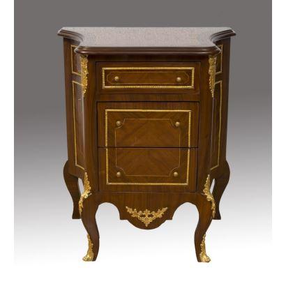 Cómoda con tres cajones, dos de ellos de mayor tamaño, con pequeñas patas curvadas y apliques metálicos dorados, elegante diseño curvo en laterales. Medidas: 72x62x39cm.