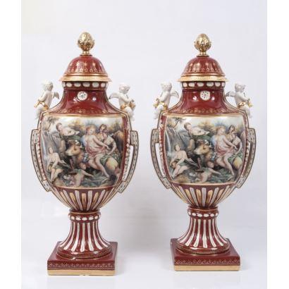 Pareja de jarrones en porcelana policromada y esmaltada de gusto clásico, decorados con dos escenas