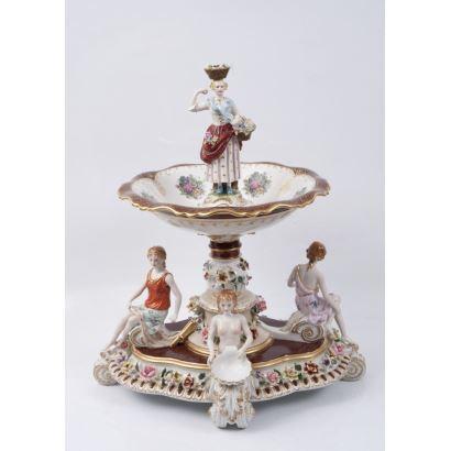 Centro de mesa en porcelana policromada, dorada y esmaltada
