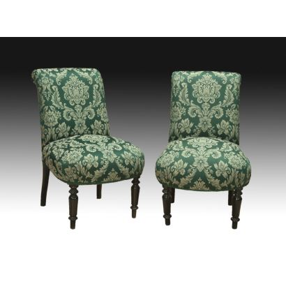 Pareja de sillas españolas tapizadas, siglo XX. Tapicería verde floral. Madera teñida torneada.