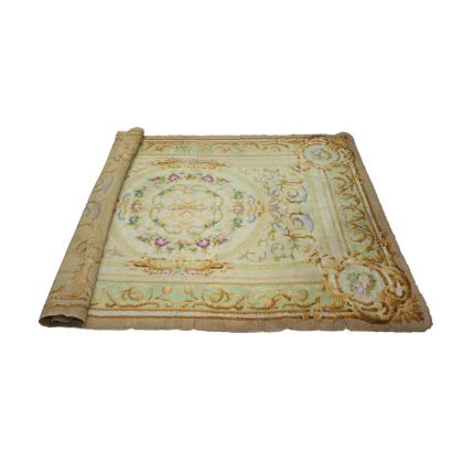 ALFOMBRA, PPIOS S. XX. Realizada en lana. Presenta decoración de guirnaldas y rosas. Medallón floral central. Medidas: 294 x 224 cm.