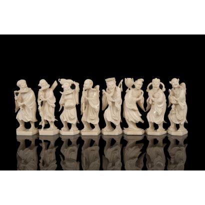 Lote de ocho figuras chinas en marfil que representan personajes portando diversos objetos. Con certificado de antigüedad de la Federación Española de Anticuarios. Alto: 9cm.
