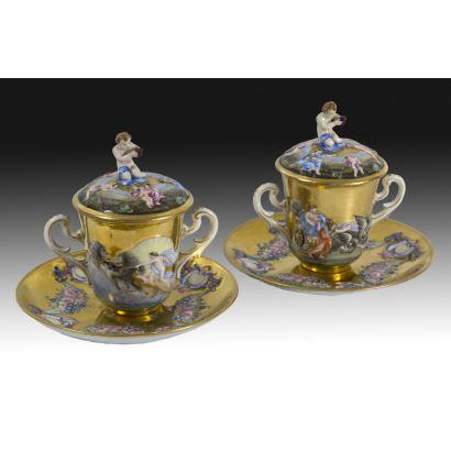 Pareja de tazas Capodimonte, circa 1900.