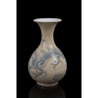 Porcelana. Bonito jarrón en porcelana policromada de la casa LLadró.