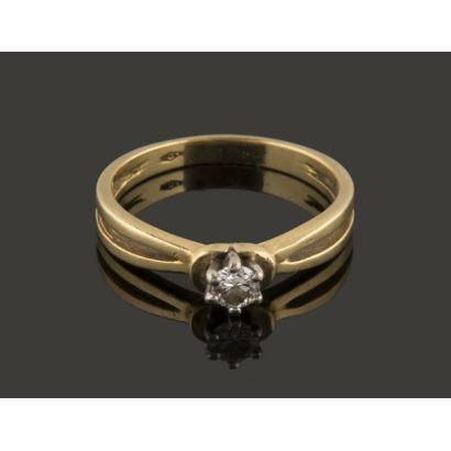 Joyas. Bonita sortija de oro amarillo, alberga brillante central de 0,15cts engastado en garra de oro blanco. 2,7g. 17mm.