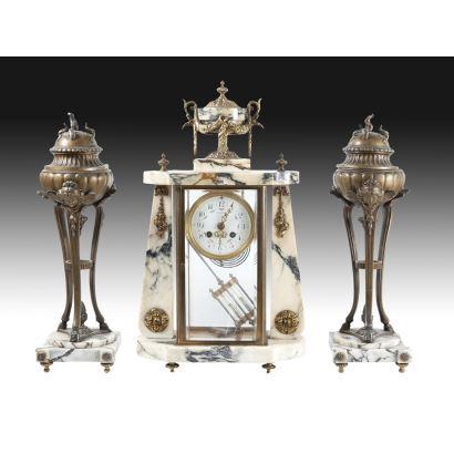 Relojes. Reloj de sobremesa con guarnición, circa 1900.