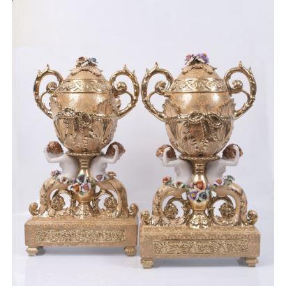Pareja de jarrones con forma de huevo con asas sobre peana rectangular, realizados en porcelana esmaltada y dorada. Medidas: 66x35x13cm.