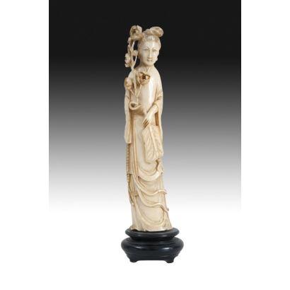 Figura tallada en marfil sobre peana de madera.