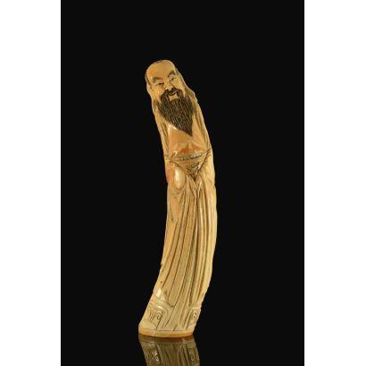 Magnífica talla de marfil sobre colmillo (con certificado de la Federación de Anticuarios) que representa a una deidad china con larga barba negra. 69cm 5'5kg