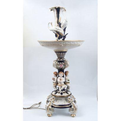Fuente realizada en porcelana policromada.