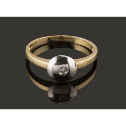 Delicado anillo de oro bicolor de 18K con un diamante central. Peso: 1,80 gr.