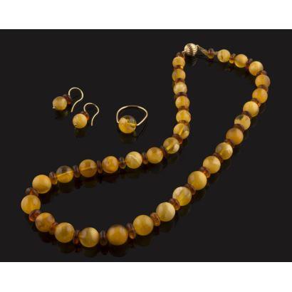 Conjunto de collar, pendientes y sortija, todo en cuentas de ámbar y oro.