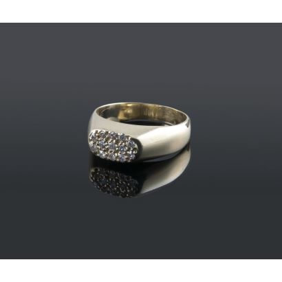 Estiloso anillo tipo sello en oro amarillo de 18K. Arco ancho presidido por un frontis con pavé de diamantes, engarzados en garras. Total de diamantes: 0,13 quilates. Peso: 3,66 gr.