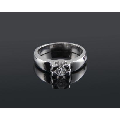 Robusto anillo solitario de oro blanco 18K con diamante talla brillante de 0,20 quilates firmemente engastado con 4 garras. Peso: 5,60 gr.