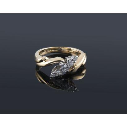 Delicado anillo de oro 18K de original diseño con 0,31 quilates en 5 diamantes, siendo el central de 0,15 quilates. Peso 4,92 gr.