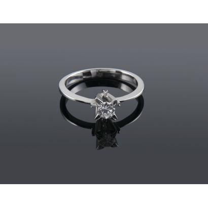 Clásico anillo solitario de oro blanco 18K con diamante talla brillante de 0,25 quilates. Peso: 3,30 gr.