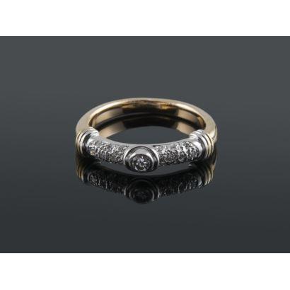 Original anillo de oro bicolor de 18K con 0,35 quilates en diamantes talla brillante. Peso 5,74 gr.