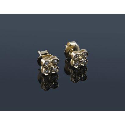 Simpáticos pendientes de oro 18K en forma de flor o trébol de 4 hojas con un diamante en cada una. Peso: 2,16 gr.